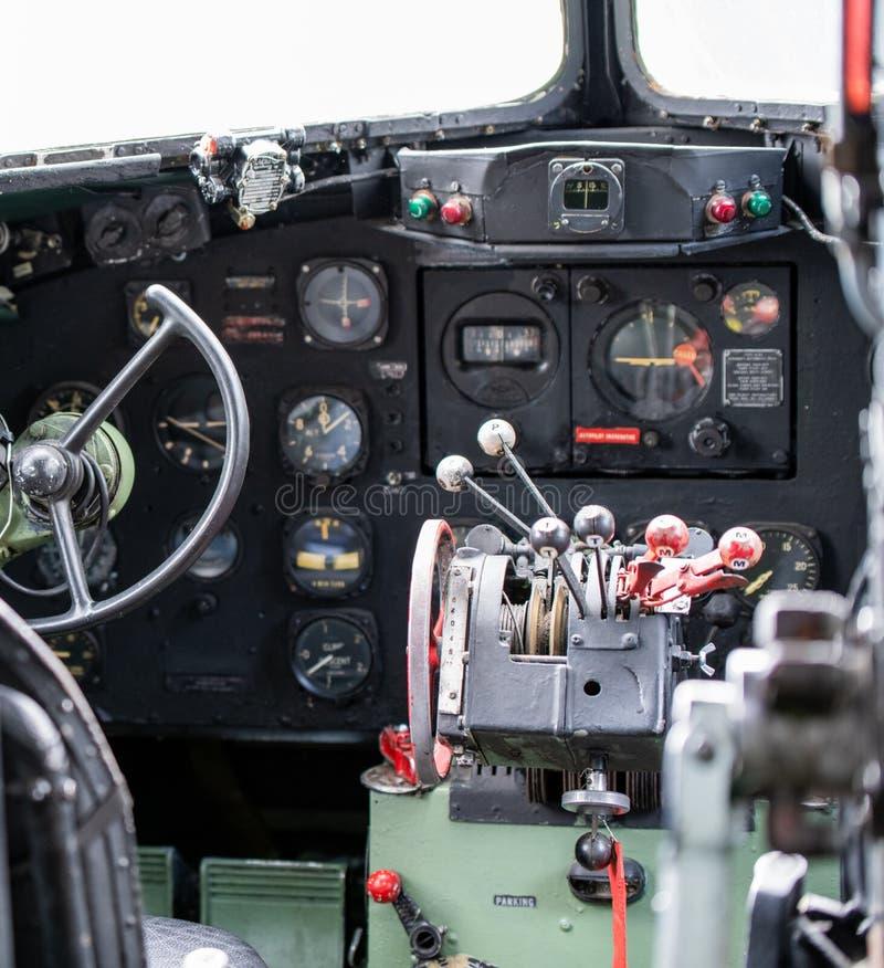 JORK, UK - 6TH 2019 SIERPIEŃ: WW2 Douglas Dakota IV C-47B kokpit strzelał od wśrodku jaskrawego słonecznego dnia dalej obraz stock