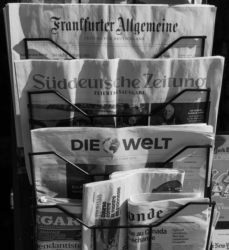Jornais alemães em Turin em preto e branco imagem de stock