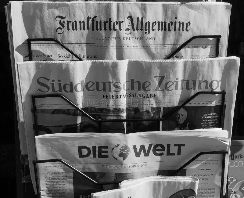 Jornais alemães em Turin em preto e branco fotos de stock