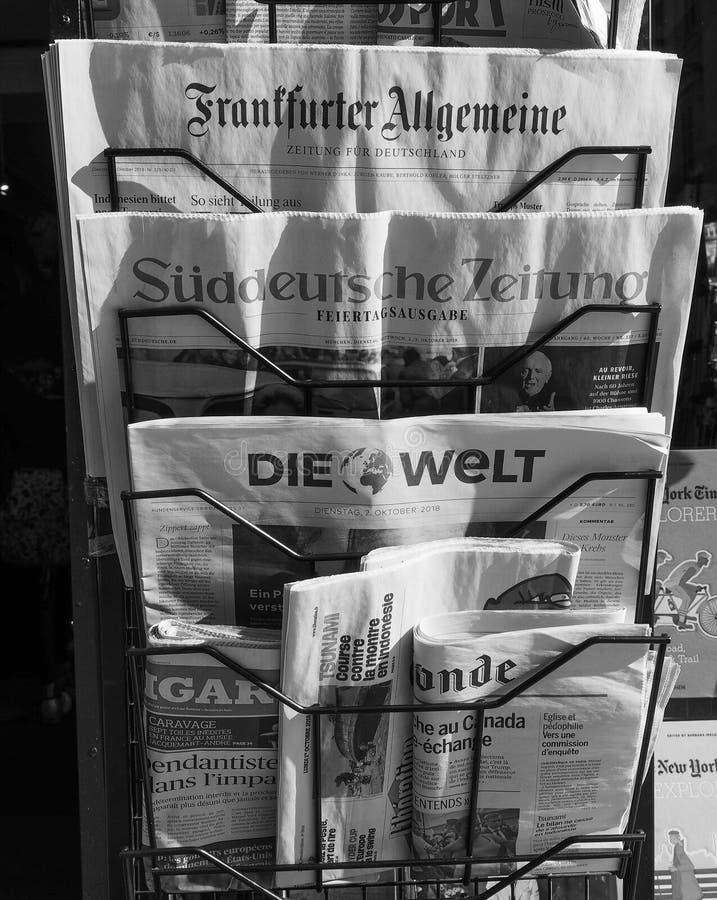 Jornais alemães em Turin em preto e branco fotografia de stock royalty free
