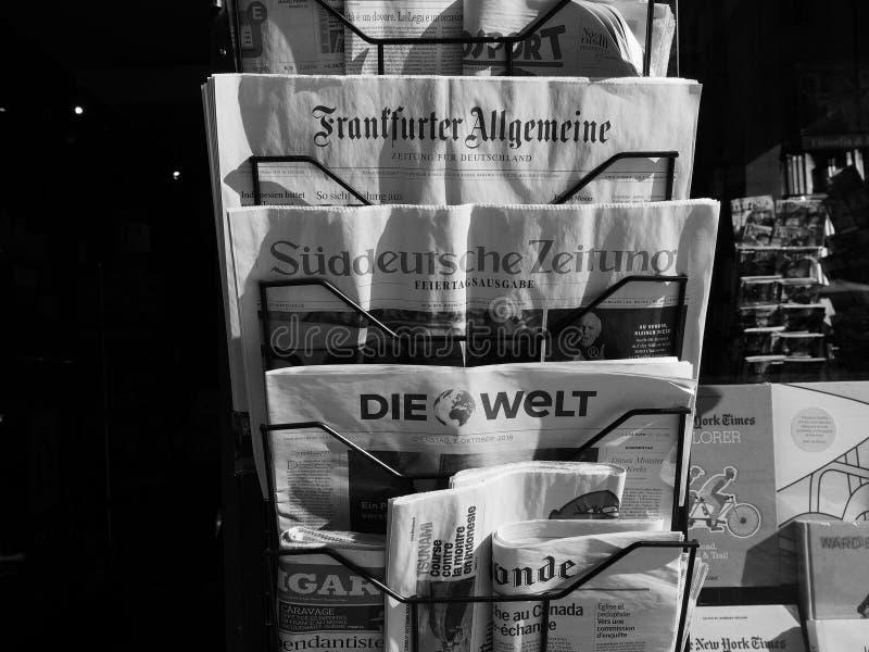 Jornais alemães em Turin em preto e branco fotografia de stock