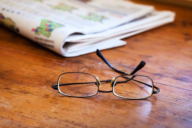 Jornais da leitura foto de stock