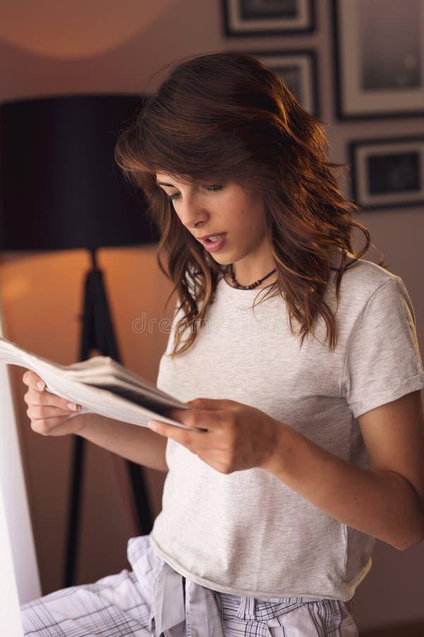 Jornais da leitura da mulher fotografia de stock