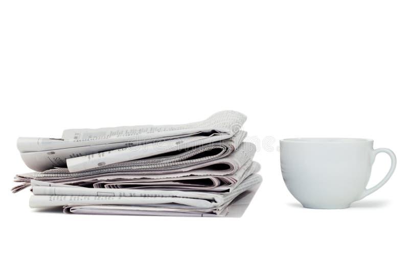 Jornais e copo do chá imagens de stock