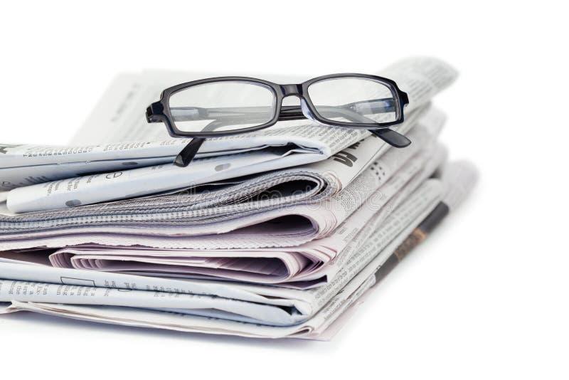 Jornais e vidros pretos fotos de stock