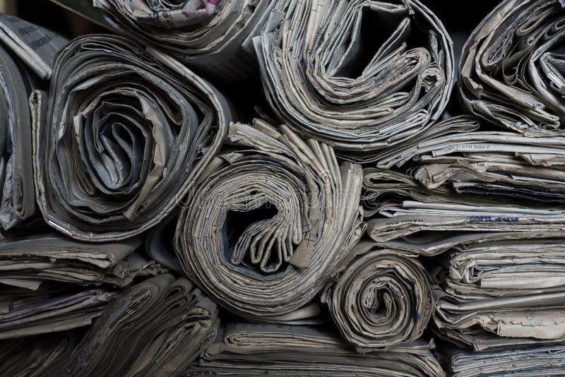 Jornais rolados sobre cada um outro fotos de stock royalty free