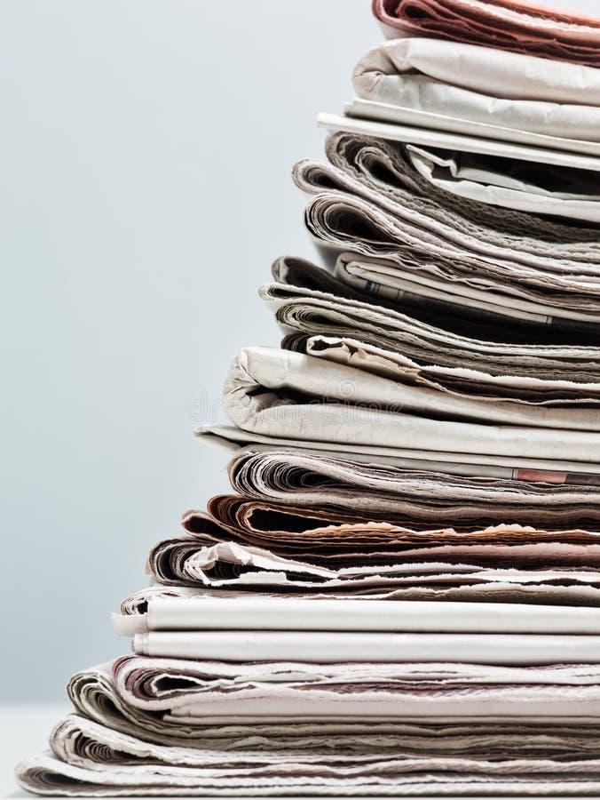 Jornais velhos foto de stock royalty free