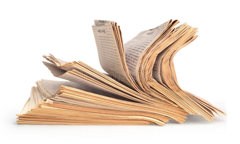 Jornais velhos no fundo branco imagens de stock
