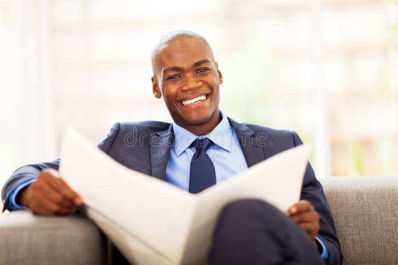 Jornal africano do homem de negócios fotografia de stock royalty free