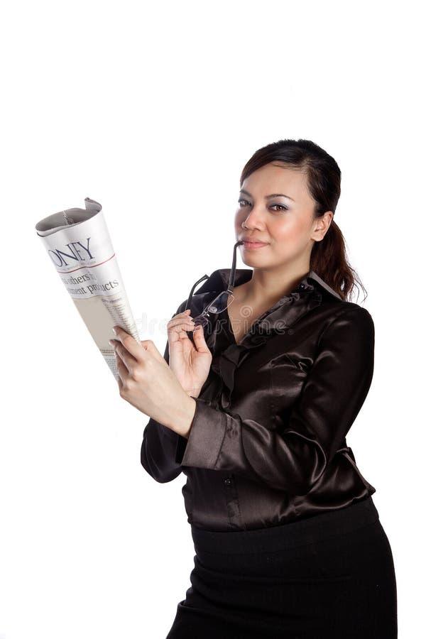 Jornal asiático da terra arrendada da mulher de negócios imagens de stock