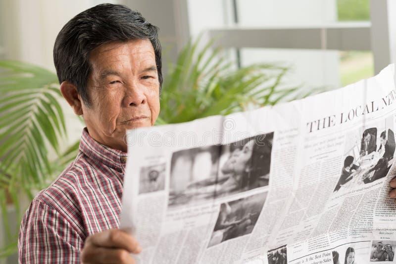 Jornal da leitura imagens de stock royalty free