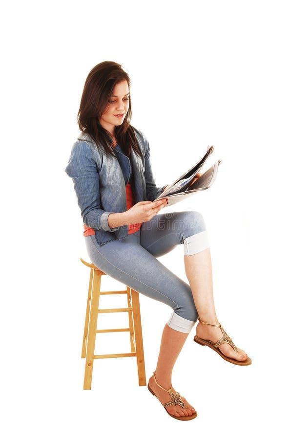 Jornal da leitura da menina. imagens de stock royalty free