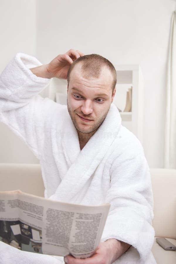Jornal da leitura do homem novo fotos de stock