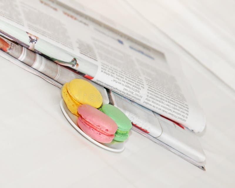 Jornal de manhã na cama fotos de stock