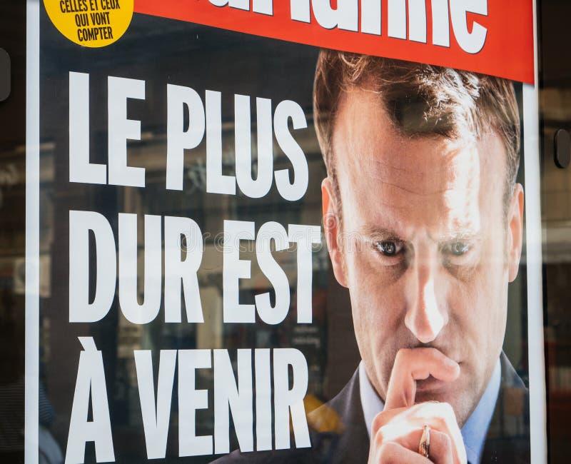 Jornal de Marianne com propaganda de Emmanuel Macron e o si duro imagens de stock