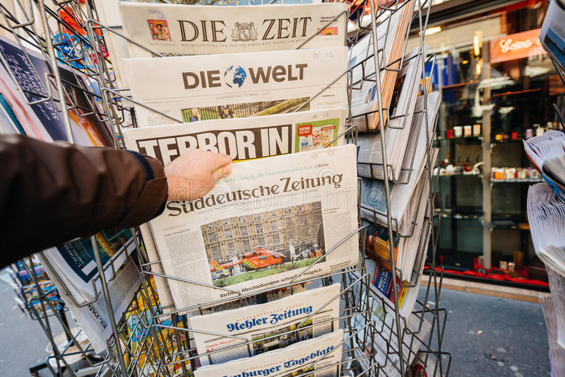 Jornal de Suddeutsche Zeitung do quiosque da imprensa após o atta de Londres imagens de stock