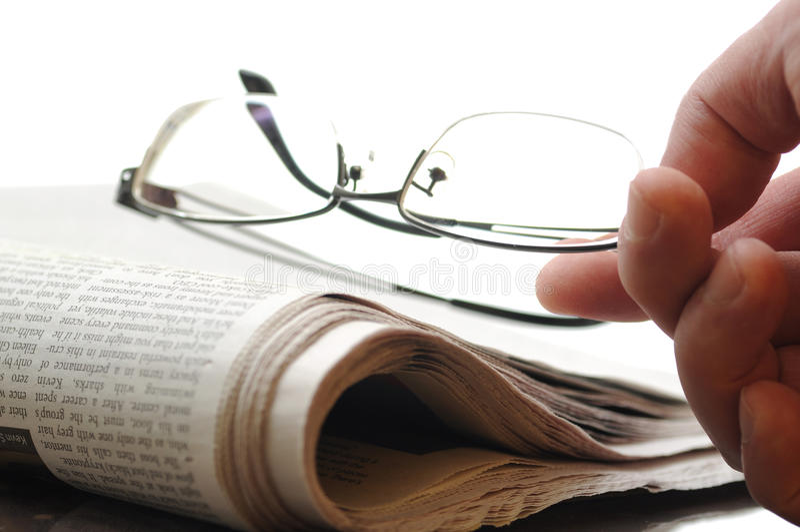 Jornal e os vidros imagens de stock royalty free
