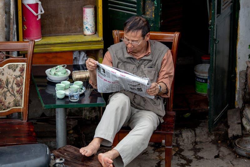 Jornal Hanoi Vietname da leitura do homem fotos de stock