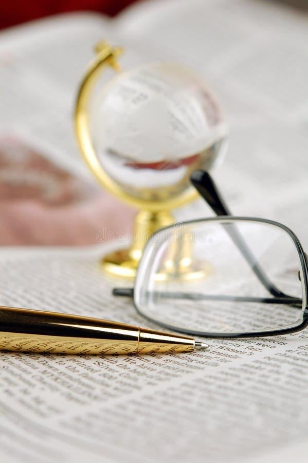 Jornal, pena, vidros e globo fotos de stock royalty free
