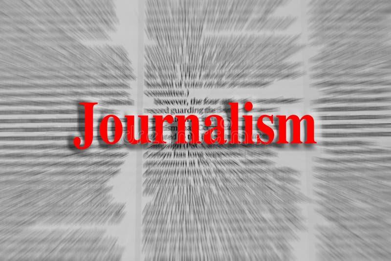 Jornalismo escrito no vermelho com um artigo de jornal borrado fotos de stock