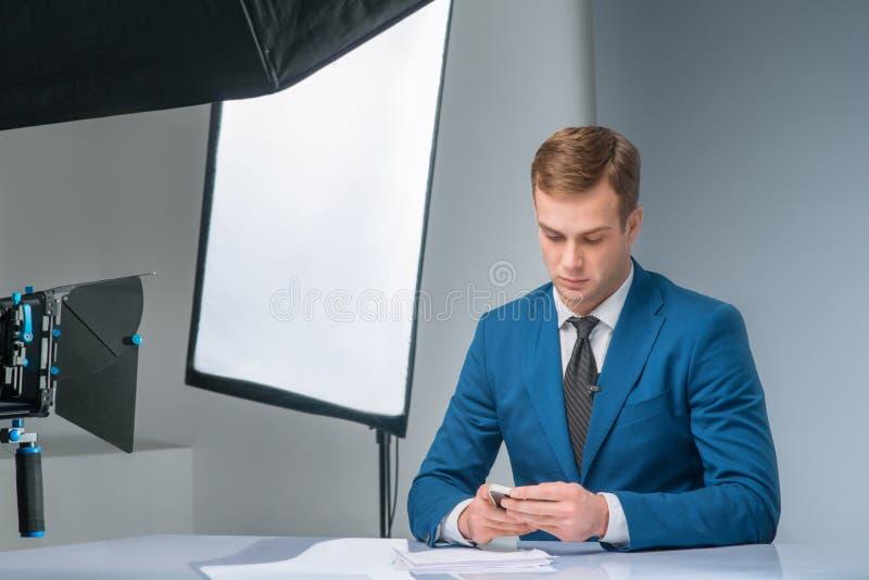Jornalista que verifica seu smartphone imagem de stock royalty free