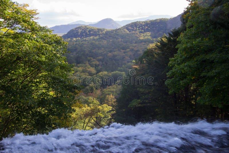 Jorrando para fora muita água - abaixo de um penhasco vertical íngreme em Yudaki cai em Nikko, Tochigi, Japão fotos de stock