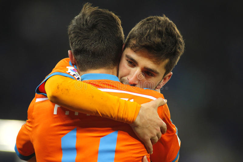 Jose Gaya omhelst Pablo Piatti van Valencia CF stock fotografie