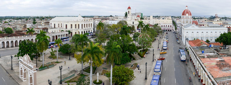 Jose Marti-park met Stadhuis en Kathedraal van Cienfuegos stock foto