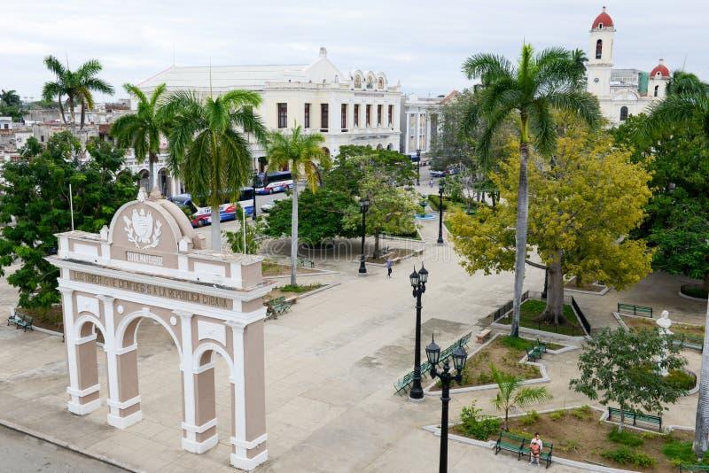 Jose Marti-park met Stadhuis en Kathedraal van Cienfuegos royalty-vrije stock afbeelding
