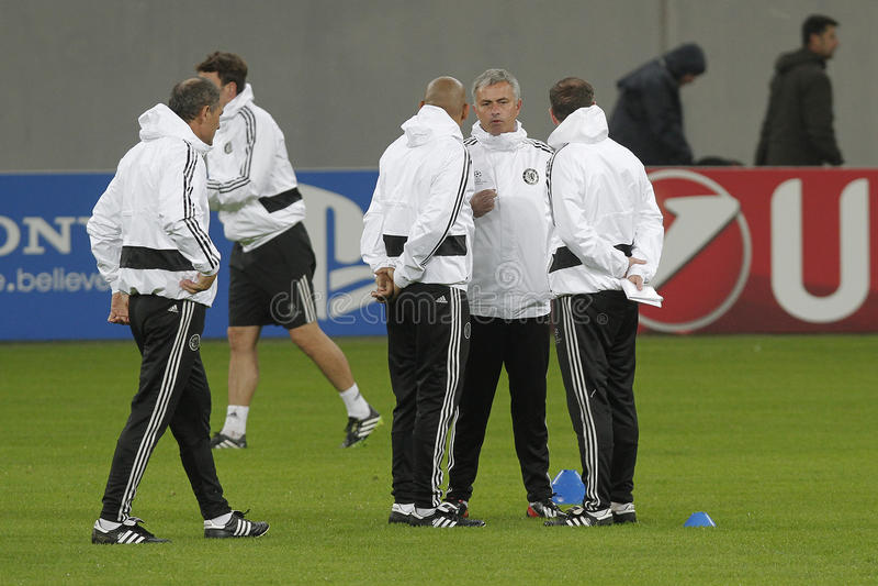 Jose Mourinho i jego obsdza personelem zdjęcie stock