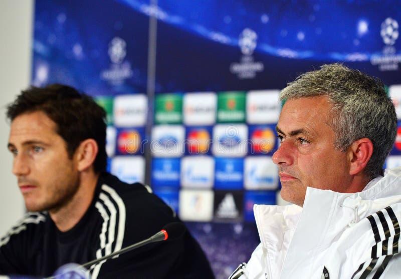 Jose Mourinho y Frank Lampard durante rueda de prensa de la liga de la UEFA Cheampions fotos de archivo