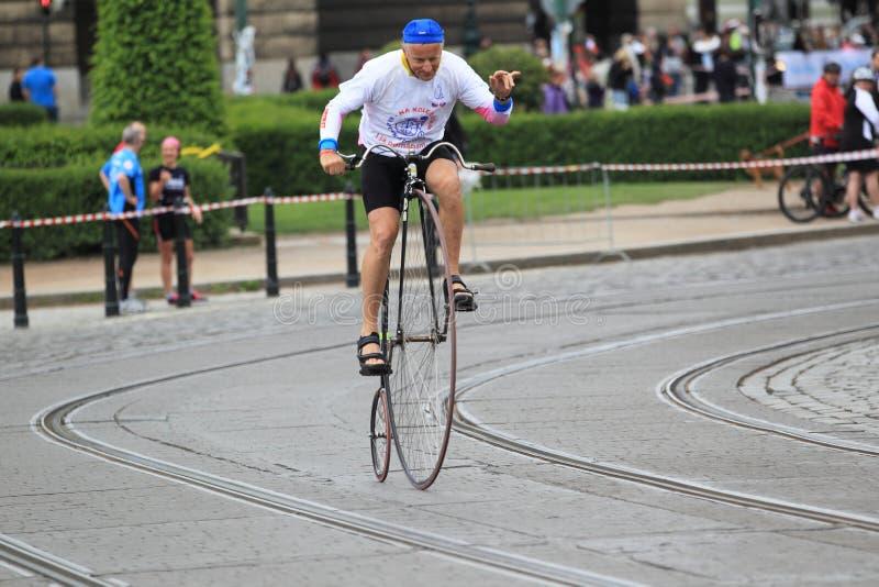 Josef Zimovcak på den historiska cykeln royaltyfri foto