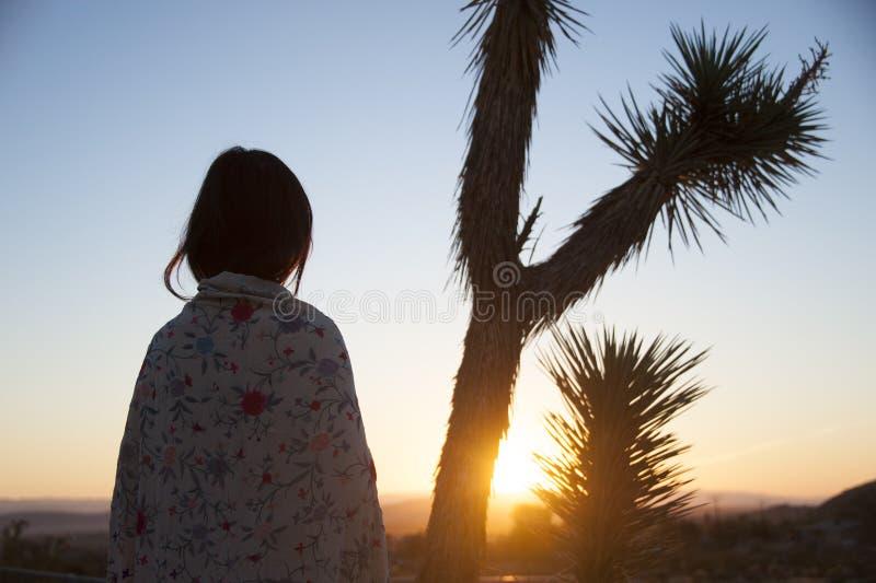 Joshua Tree Desert Sunrise Woman immagini stock libere da diritti