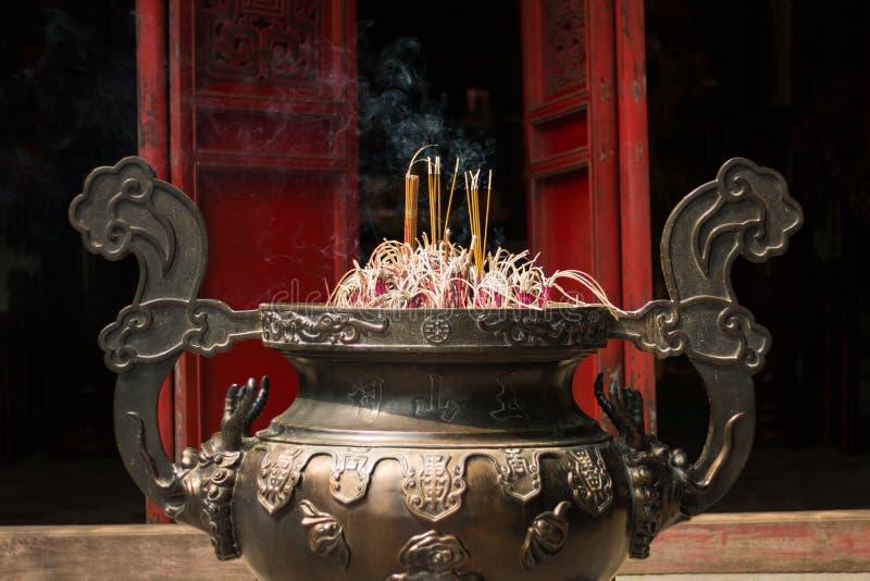 Joss kija puchar w świątyni w Hanoi Wietnam obraz royalty free