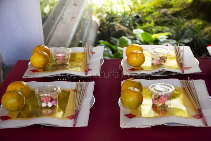 Joss-Papiergold und -Silberpapier f?r Anbetung und Opfer-Angebotnahrung f?r Leute beten Gott und Denkmal zum Vorfahr auf Thai lizenzfreie stockfotos