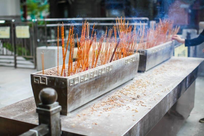 Josspinnar som bränner i sandmagasin som är främsta av templet, förvarar, retar upp templet för traditionell kines för pinnen den royaltyfri fotografi