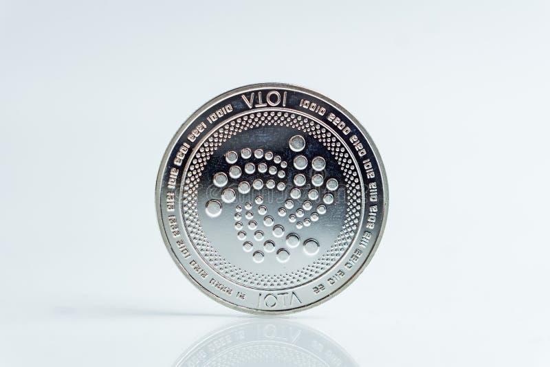 jota Crypto waluty srebna moneta, Makro- strzał odizolowywający na białym tle joty moneta, ciie za Blockchain technologii, zdjęcia stock