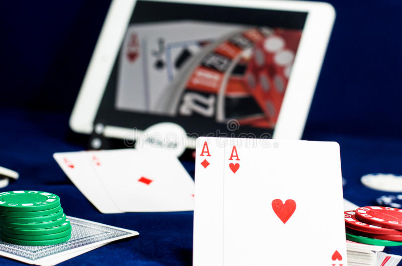 Jouant des cartes reflétées dans l'écran d'ordinateur photo libre de droits