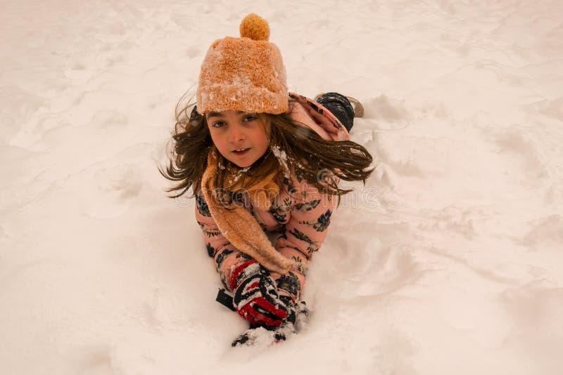 Jouant et appréciant la neige photos libres de droits