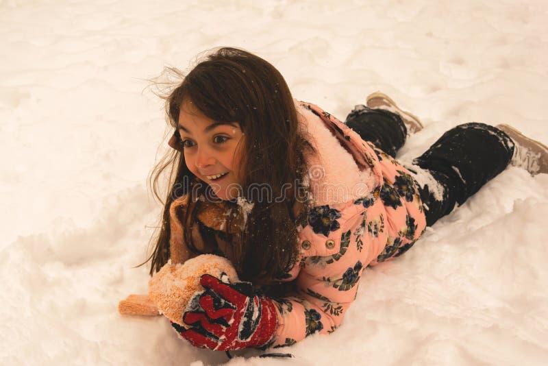 Jouant et appréciant la neige Joie d'hiver photographie stock