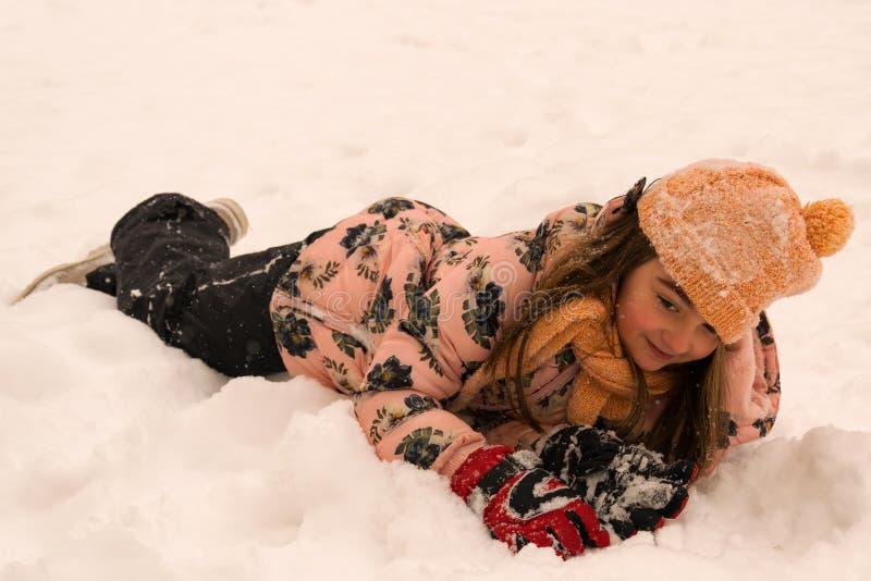 Jouant et appréciant la neige Joie d'hiver photo stock