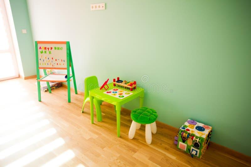 Jouant et instruire une partie de salle de jeux pour des enfants image libre de droits