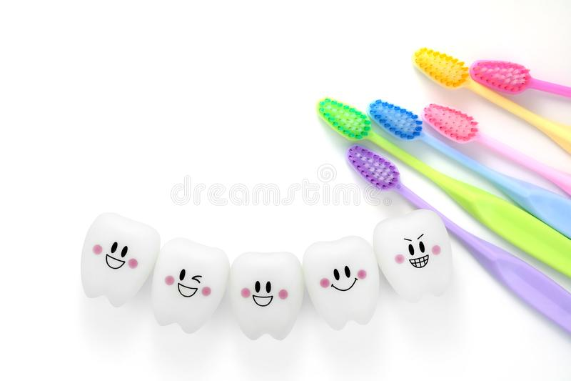 Joue des dents dentaires dans une humeur de sourire avec la brosse à dents photo libre de droits