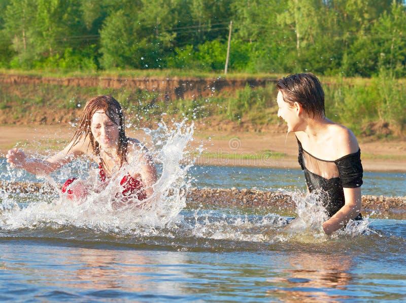 Joue l'imbécile dans le fleuve photo libre de droits