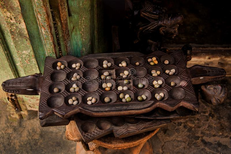 Jouer à Mancala, ville de Stone, Tanzanie. Mancala est un jeu très populaire en Afrique photos stock