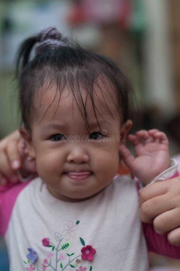 Jouer asiatique d'enfant en bas âge de fille de sourire image libre de droits