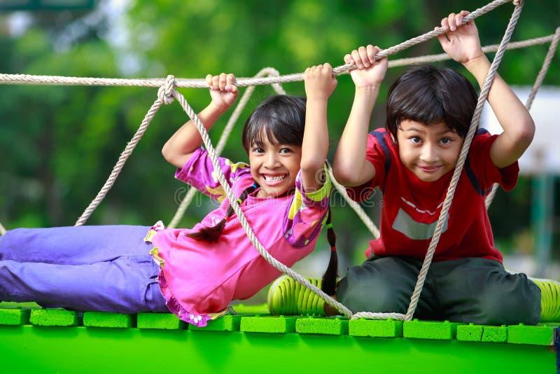 Jouer asiatique heureux d'enfant images libres de droits