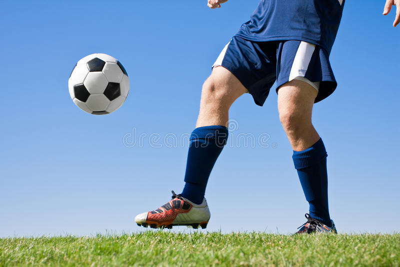 Jouer au football images stock