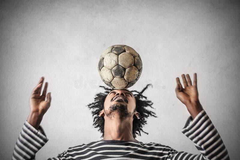 Jouer au football photos stock