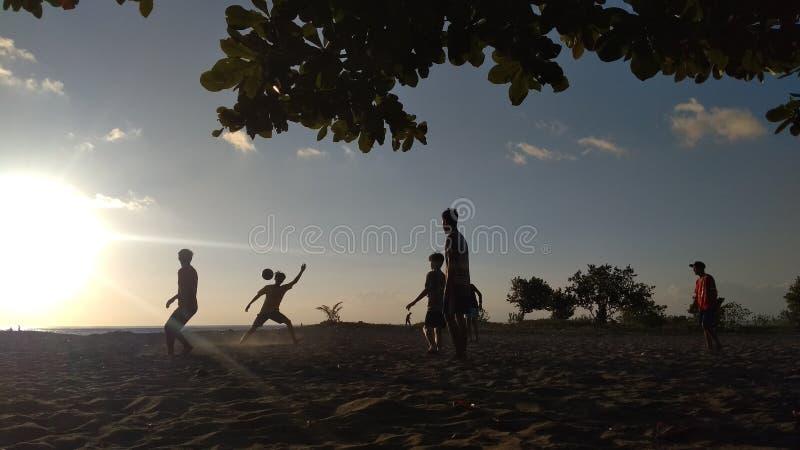 Jouer au football avec Siluet photo stock